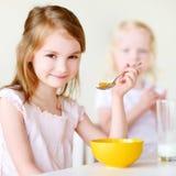 Deux soeurs mangeant de la céréale avec du lait Images libres de droits
