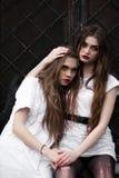 Deux soeurs mentalement malades dans l'hôpital foncé étrange Photo de deux belles filles effrayées effrayées dans des vêtements b images stock