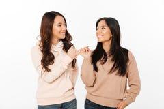 Deux soeurs mignonnes asiatiques de dames Image libre de droits