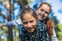 Deux soeurs ou amies de filles ayant l'amusement Photos libres de droits