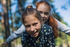 Deux soeurs ou amies de filles ayant l'amusement dehors Photo libre de droits