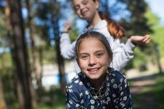 Deux soeurs ou amies de filles ayant l'amusement dehors Image libre de droits