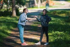 Deux soeurs ou amies de filles parlent avec émotion Image libre de droits