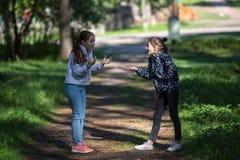 Deux soeurs ou amies de filles parlent avec émotion Photos stock