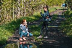 Deux soeurs ou amies de filles parlent avec émotion en parc Photographie stock