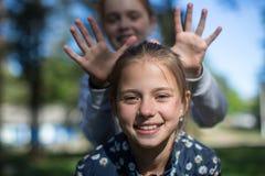 Deux soeurs ou amies heureuses de filles ayant l'amusement dehors Photo libre de droits