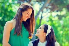 Deux soeurs pendant le premier jour de communion Images libres de droits