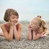 Deux soeurs regardant l'un l'autre avec amour Images stock