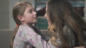 Deux soeurs se caressent étroit  De plus petites et plus âgées filles frottent leurs nez Relations de soeurs banque de vidéos