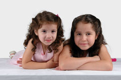 Deux soeurs se ferment ensemble images stock