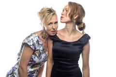 Deux soeurs se tenant sur le fond blanc Images libres de droits