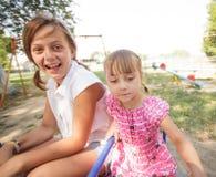 Deux soeurs sur le carrousel Photos stock