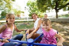 Deux soeurs sur le carrousel Photo libre de droits
