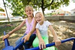 Deux soeurs sur le carrousel Photographie stock libre de droits