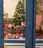 Deux soeurs sur Noël Images stock