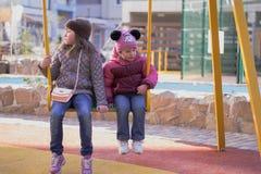 Deux soeurs sur une oscillation Photographie stock libre de droits