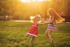 Deux soeurs tenant entourer de mains Photographie stock
