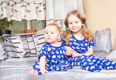 Deux soeurs Un enfant plus âgé de soeur étreignant sa petite soeur nouveau-née Photographie stock libre de droits
