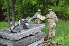 Deux soldats avec une mitrailleuse Photographie stock libre de droits
