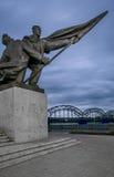 Deux soldats de lutte commémoratifs à Riga Image libre de droits