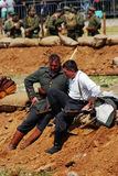 Deux soldats-reenactor allemands s'asseyent au sol et parlent Photographie stock
