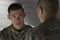 Deux soldats se réunissant dans la chambre noire, horizontale Photo stock