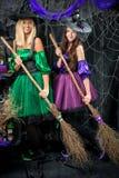deux sorcières adorables avec des balais Photographie stock