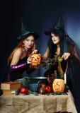 Deux sorcières de veille de la toussaint Images stock