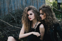 Deux sorcières de vintage ont recueilli la veille de Halloween Photographie stock libre de droits