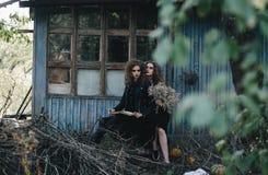 Deux sorcières de vintage ont recueilli la veille de Halloween Photographie stock