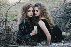 Deux sorcières de vintage ont recueilli la veille de Halloween Photos libres de droits