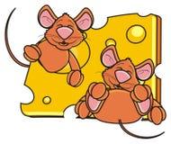 Deux souris fouissent jeter un coup d'oeil hors d'un morceau de fromage Image libre de droits