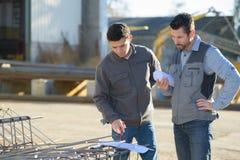 Deux spécialistes en sécurité surveillant refinary pétrochimique de périmètre photos libres de droits