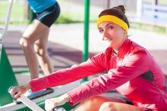 Deux sportives féminines caucasiennes ayant des exercices d'entraînement se surpassent photographie stock