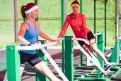 Deux sportives féminines dans la formation professionnelle d'équipement image stock