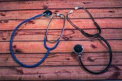 Deux stéthoscopes sur le bois grenu photos stock