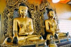 Deux statues d'or de Bouddha à la pagoda de Shwedagon à Yangon Photographie stock
