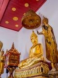 Deux statues d'or de Bouddha dans le temple Image stock