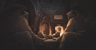 Deux statues des anges se reposent donnant sur une tombe dans la cathédrale de Chester images libres de droits
