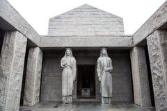 Deux statues grandes dans le mausolée des njegos photographie stock