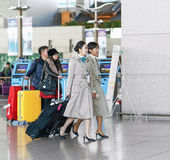 Deux stewards (hôtesse de l'air) de Korean Air d'Asiatique à l'International d'Incheon Images stock