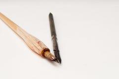 Deux stylos de calligraphie sur le blanc Photos stock