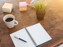 Deux stylos sur un livre de copie d'isolement sur le fond en bois Photos stock
