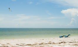 Deux sunbeds par la ligne de flottaison Photo stock
