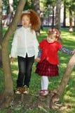Deux supports de petites filles ensemble près des arbres Photo libre de droits
