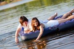 Deux sur le matelas de natation Images libres de droits
