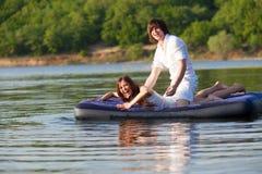 Deux sur le matelas de natation Photo stock