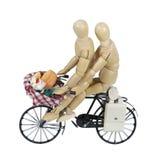 Deux sur un vélo avec un pique-nique dans un panier Images stock