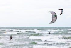 Deux surfers de cerf-volant de paralelle Photos libres de droits