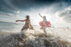 Deux surfers de dame Image stock